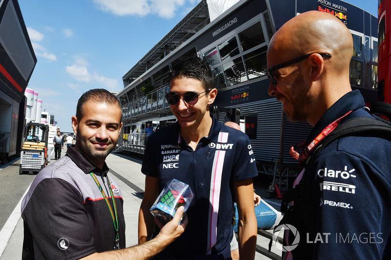 Esteban Ocon, Force India F1 con Tom Castermans, de los cascos Bell y cubos de Rubik