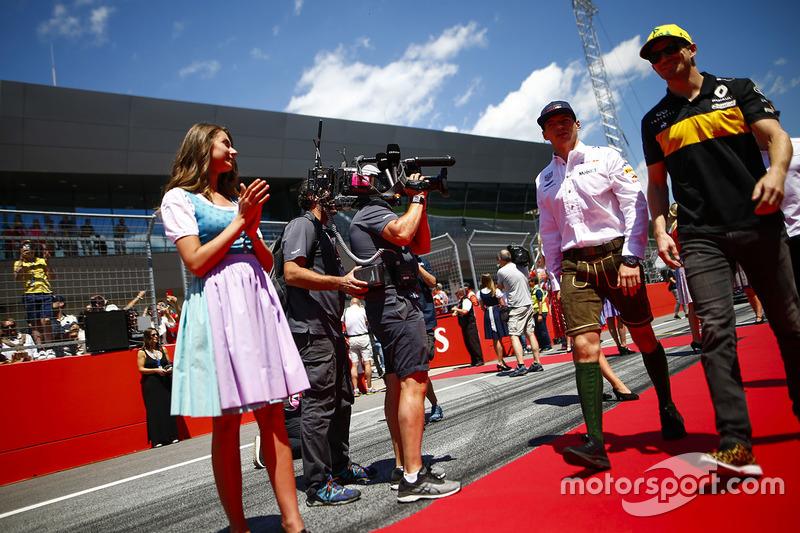 Grid kızları, Max Verstappen, Red Bull Racing, ve Nico Hulkenberg, Renault Sport F1 Team