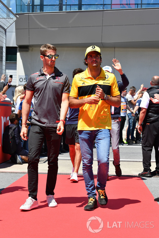 Romain Grosjean, Haas F1 and Carlos Sainz Jr., Renault Sport F1 Team on the drivers parade