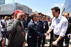 Herbert Kickl, Ministro del Interior de Austria con Niki Lauda, Presidente no ejecutivo de Mercedes AMG F1 y Toto Wolff, Director de Motorsport de Mercedes AMG F1