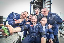 Selfie di gruppo del team Peugeot Sport Italia