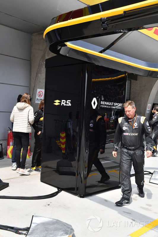 Le box Renault Sport F1 Team