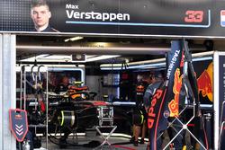 Автомобиль Red Bull Racing RB14 Макса Ферстаппена в гараже команды
