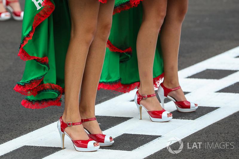 Chicas de la parrilla y zapatos