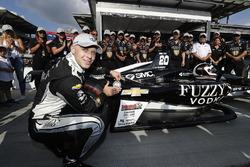 Le vainqueur du Verizon P1 Pole Award, Ed Carpenter, Ed Carpenter Racing Chevrolet place le sticker sur sa voiture