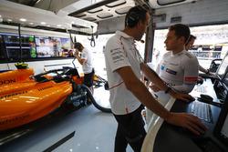 Стоффель Вандорн спілкується з інженером McLaren