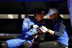 Pierre Gasly, Scuderia Toro Rosso, parle à Brendon Hartley, Scuderia Toro Rosso
