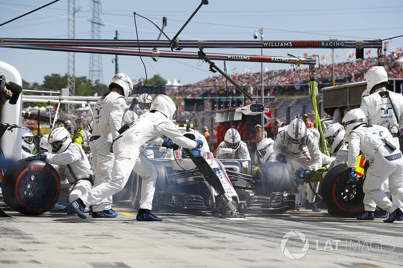 Lance Stroll, Williams FW40, hace una parada