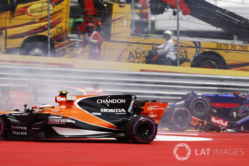 Stoffel Vandoorne, McLaren MCL32 yanında  Daniil Kvyat, Scuderia Toro Rosso STR12, ve Fernando Alonso, McLaren MCL32 çarpışıyor
