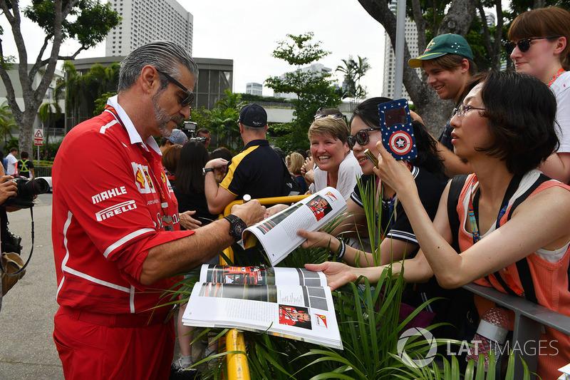 Maurizio Arrivabene, Ferrari-Teamchef, gibt Autogramme