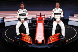 Гонщики McLaren Фернандо Алонсо и Стоффель Вандорн на презентации автомобиля MCL32
