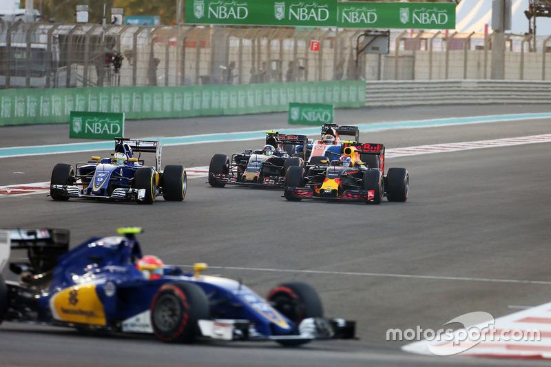 Max Verstappen, Red Bull Racing RB12 al comienzo de la carrera