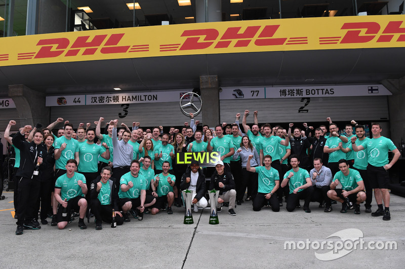 Race winner Lewis Hamilton, Mercedes AMG F1 celebrates with Valtteri Bottas, Mercedes AMG F1 and the