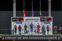 Подіум: переможець Матевос Ісаакян, AVF, друге місце Рене Біндер, Lotus, третє місце Альфонсо Селіс, Fortec Motorsports