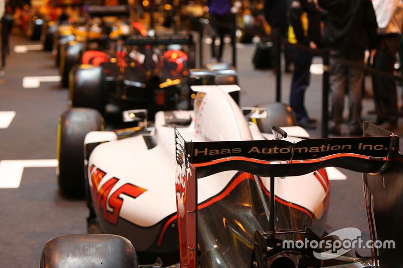 Haas на стенді F1 Racing