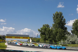 Start action, Nestor Girolami, Polestar Cyan Racing, Volvo S60 Polestar TC1 and Nicky Catsburg, Polestar Cyan Racing, Volvo S60 Polestar TC1