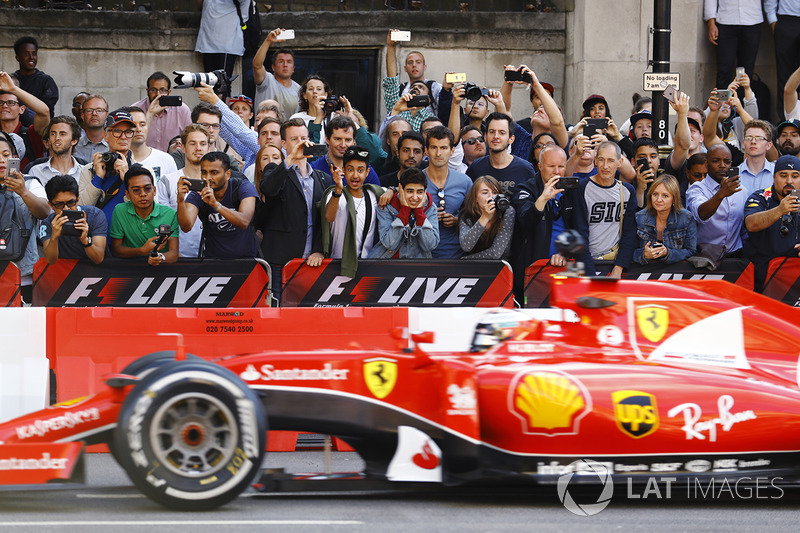 Kimi Raikkonen, Ferrari, melakukan atraksi di jalanan