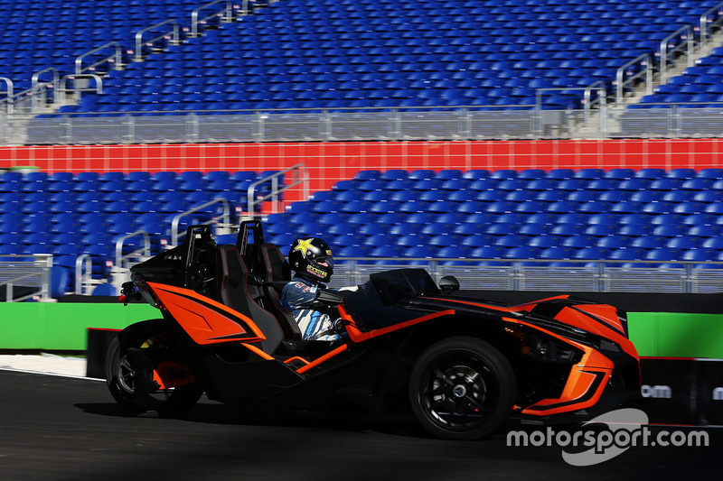 Scott Speed maneja el Polaris Slingshot SLR