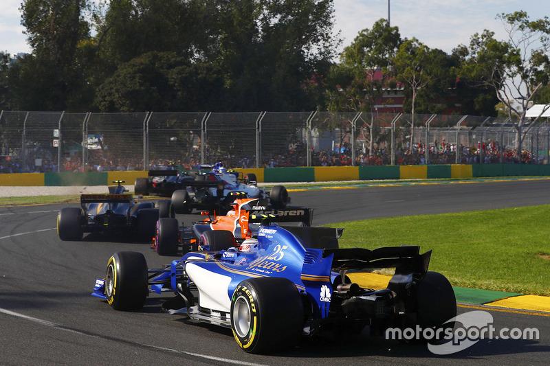 Antonio Giovinazzi, Sauber C36, Stoffel Vandoorne, McLaren MCL32, Kevin Magnussen, Haas F1 Team VF-17 y Marcus Ericsson, Sauber C36 chocan en la trampa de grava