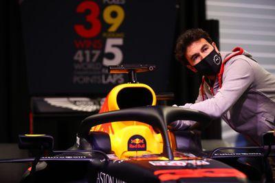 Sergio Perez bezoekt de Red Bull-fabriek