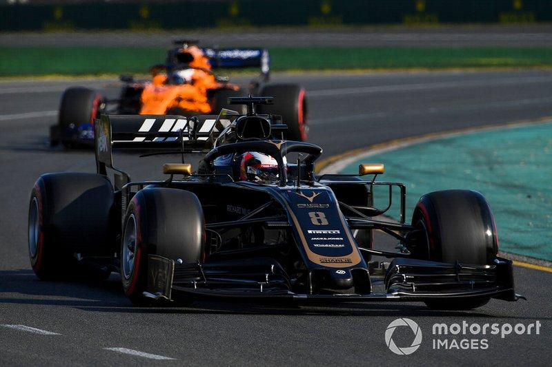 Romain Grosjean, Haas F1 Team VF-19 y Carlos Sainz Jr., McLaren MCL34