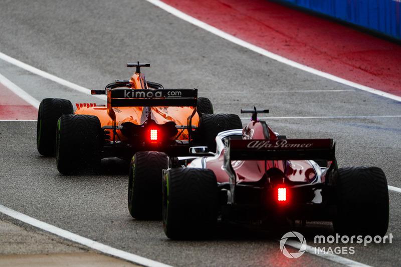 Fernando Alonso, McLaren MCL33, et Marcus Ericsson, Alfa Romeo Sauber C37, quittent la voie des stands