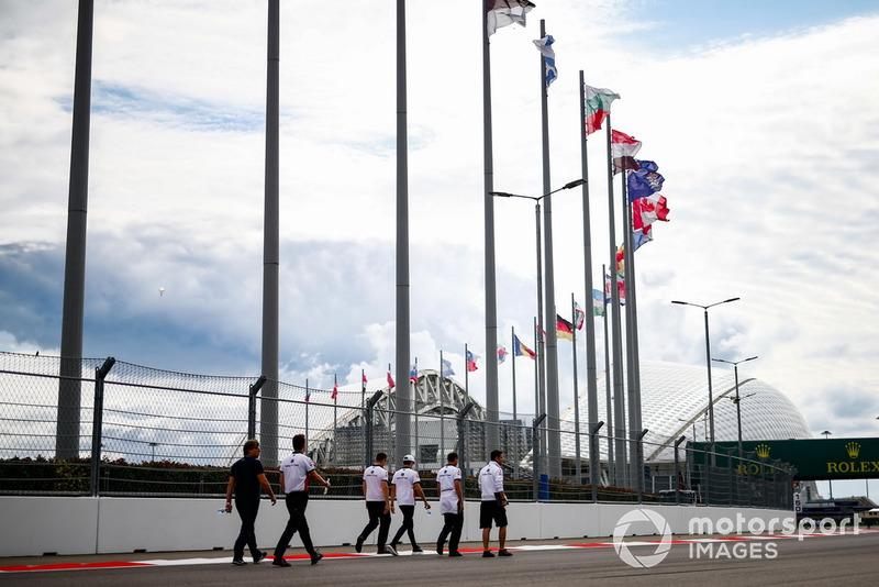 Charles Leclerc, Sauber, parcourt la piste à pied
