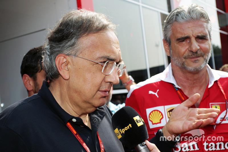 Sergio Marchionne, Presidente de Ferrari y consejero delegado de Fiat automóviles de Chrysler con Maurizio Arrivabene, director del equipo Ferrari