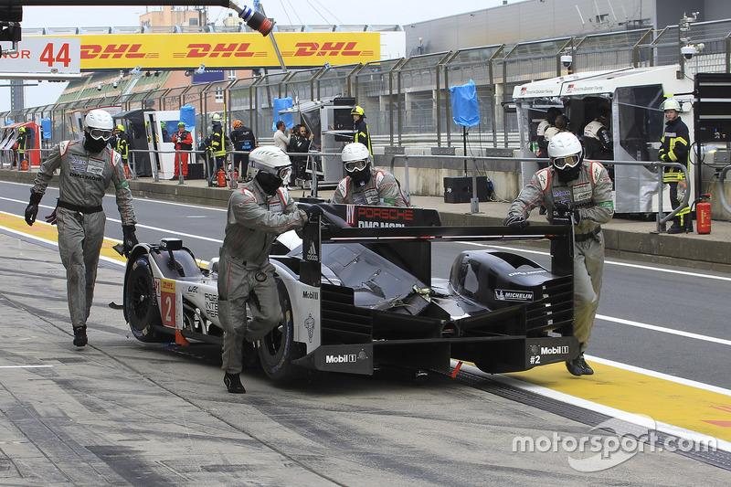 #2 Porsche Team Porsche 919 Hybrid: Romain Dumas, Neel Jani, Marc Lieb, crashed car