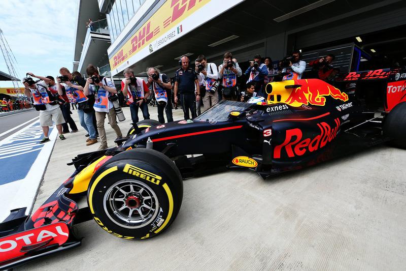 Red Bull Racing RB12 с защитным экраном