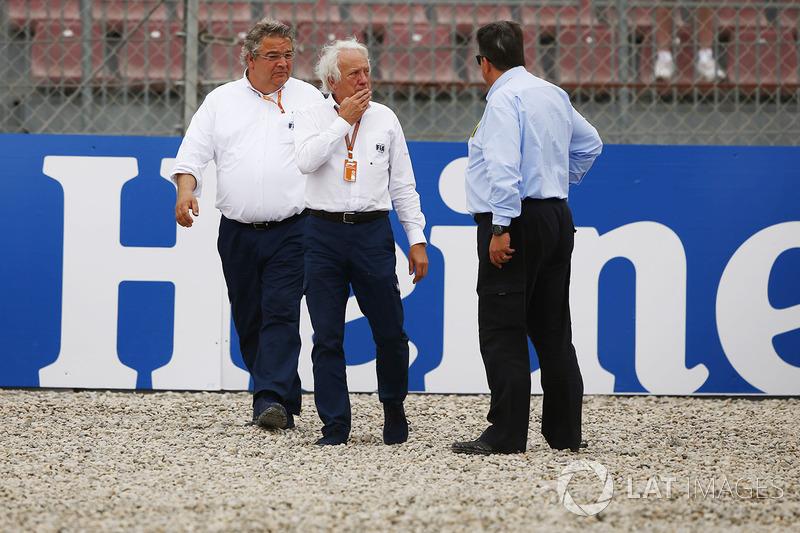 Charlie Whiting, FIA Deleesi, Brendon Hartley, Scuderia Toro Rosso'nun kaza yaptığı alanı inceliyor