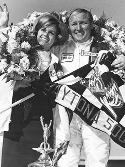 Ganador de la carrera Cale Yarborough