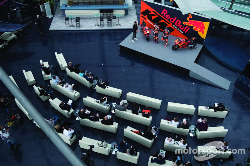 Pol Espargaro, Red Bull KTM Factory Racing, Bradley Smith, Red Bull KTM Factory Racing met Alex Hofmann