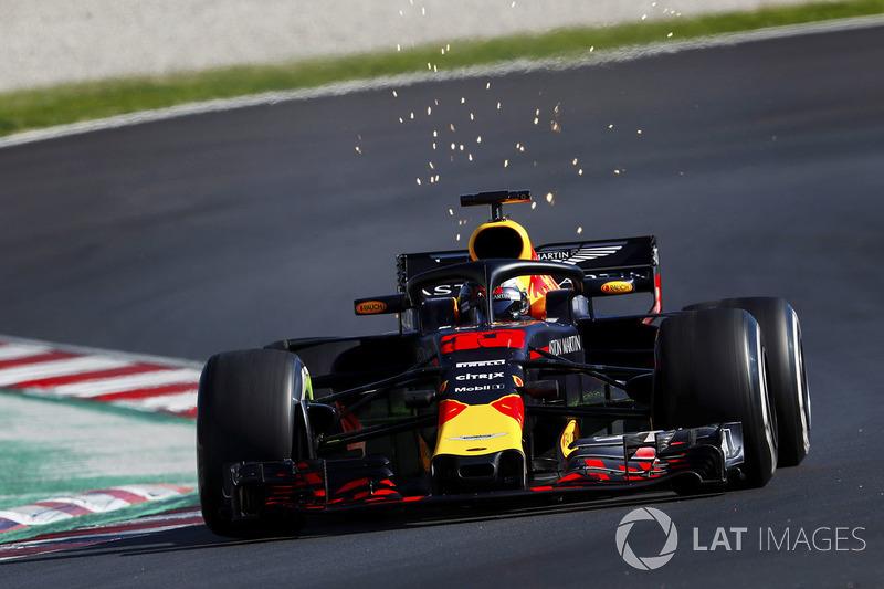 Max Verstappen, Red Bull Racing RB14, solleva scintille