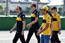 Carlos Sainz Jr., Renault Sport F1 Team walks the track