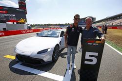 Daniel Ricciardo, Red Bull Racing, ve Martin Brundle, Pirelli Hot laps Aston Martin DB11