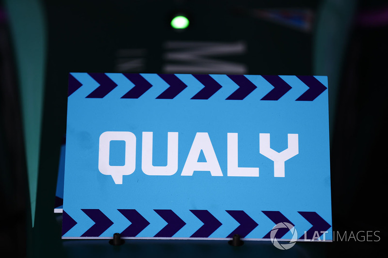Qualy sign in the pits