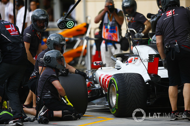 The Haas team practice pit stops with Romain Grosjean, Haas F1 Team VF-18 Ferrari