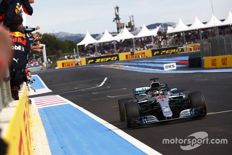 Хемілтон і Mercedes святкують перемогу у гонці