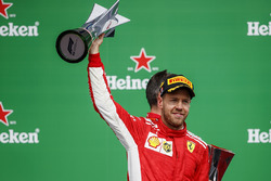 Le vainqueur Sebastian Vettel, Ferrari, soulève son trophée sur le podium
