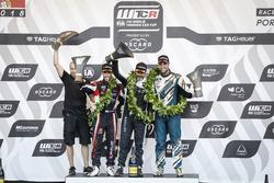 Podio: ganador de la carrera Yvan Muller, YMR Hyundai i30 N TCR, segundo lugar Yann Ehrlacher, ALL-INKL.COM Münnich Motorsport Honda Civic Type R TCR, tercer lugar Pepe Oriola, Team Oscaro por Campos Racing Cupra TCR