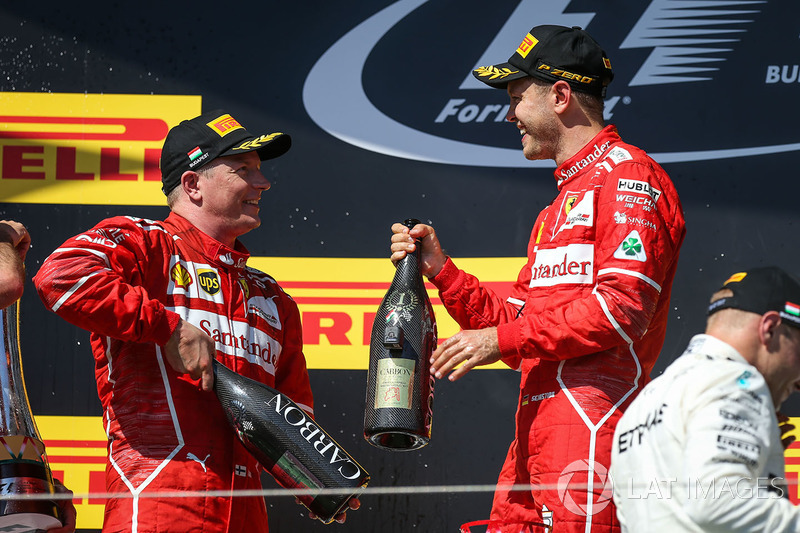 Podio: ganador de la carrera Sebastian Vettel, Ferrari, segundo lugar Kimi Raikkonen, Ferrari,