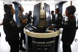 Руководитель программы Honda F1 Юсуке Хасегава и инженеры McLaren