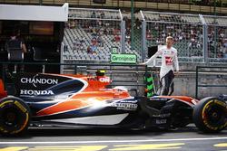 Stoffel Vandoorne, McLaren MCL32, Kevin Magnussen, Haas F1 Team