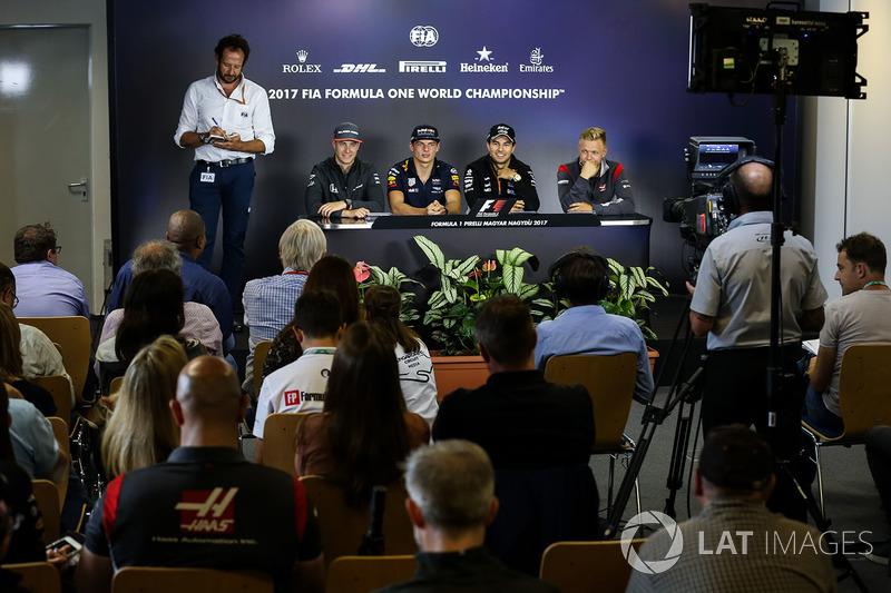 Matteo Bonciani, delegado de medios de comunicación de la FIA, Stoffel Vandoorne McLaren, Max Verstappen Red Bull Racing RB13, Sergio Pérez Force India, Kevin Magnussen Haas F1