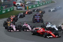 Старт гонки: Кими Райкконен, Ferrari SF70H, Серхио Перес и Эстебан Окон, Sahara Force India VJM10