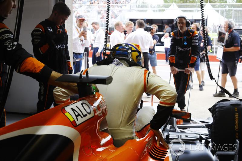 Fernando alonso mclaren entre dans son cockpit dans le for Garage formule m