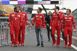 Sebastian Vettel, Ferrari, Maurizio Arrivabene, Ferrari Team Principal, Gino Rosato, Ferrari e Riccardo Adami, Ferrari Race Engineer