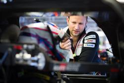 Ентоні Девідсон, Toyota Gazoo Racing, говорить з членом команди