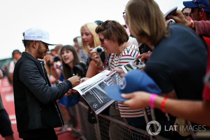Льюіс Хемілтон, Mercedes AMG F1, роздає автографи